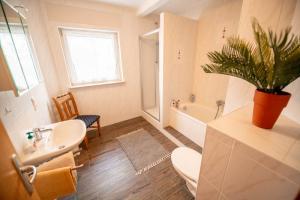 ferienwohnung11-bad-dusche-badewann-wc-1